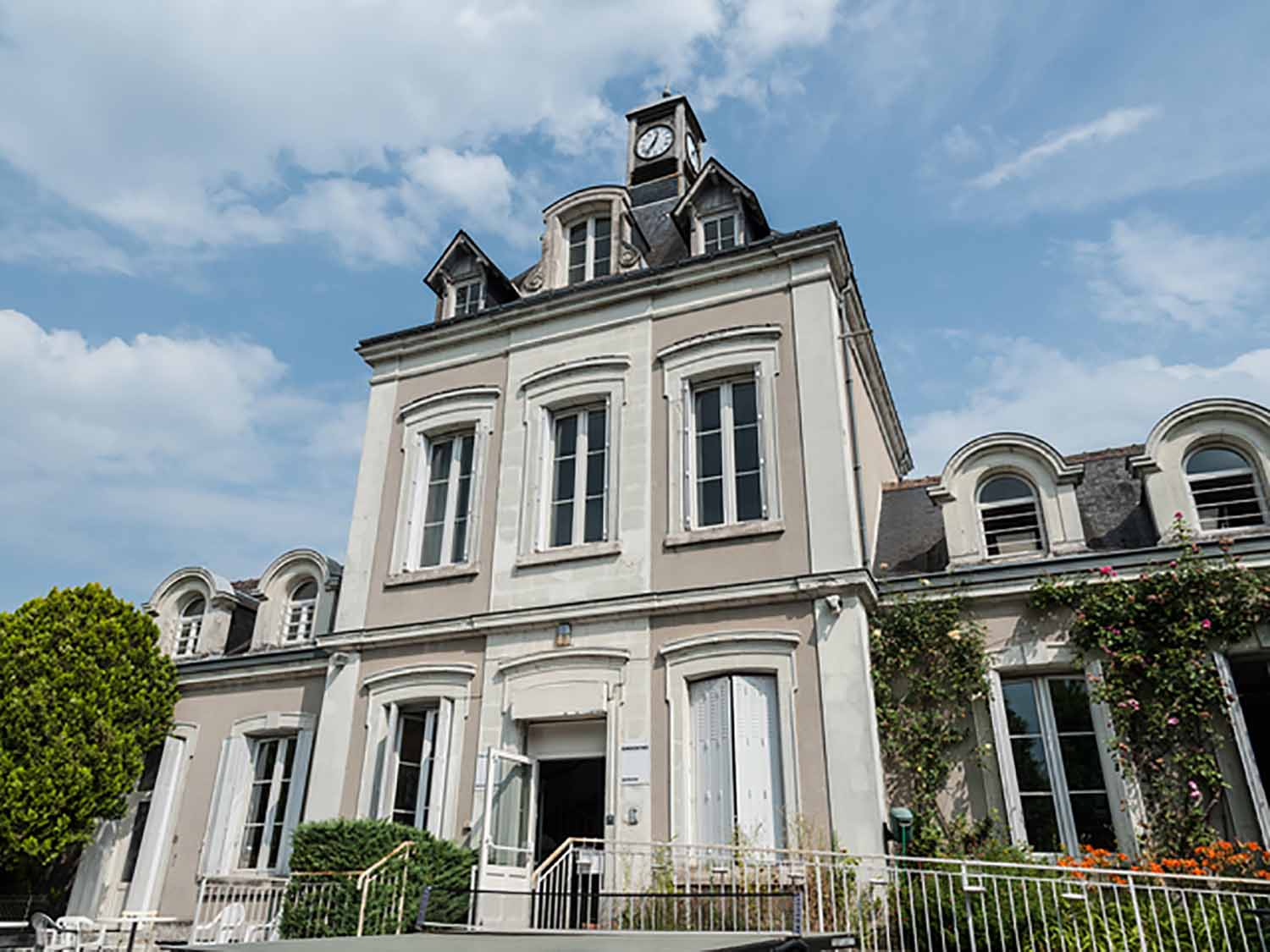 Amboise_School_Exterior_02_Preview_large