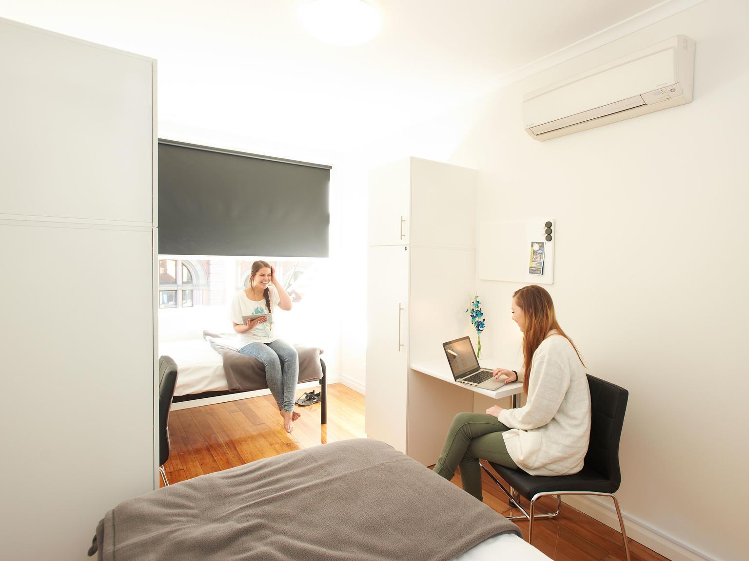 sydney_acc_link2_residence_bedroom_02-1