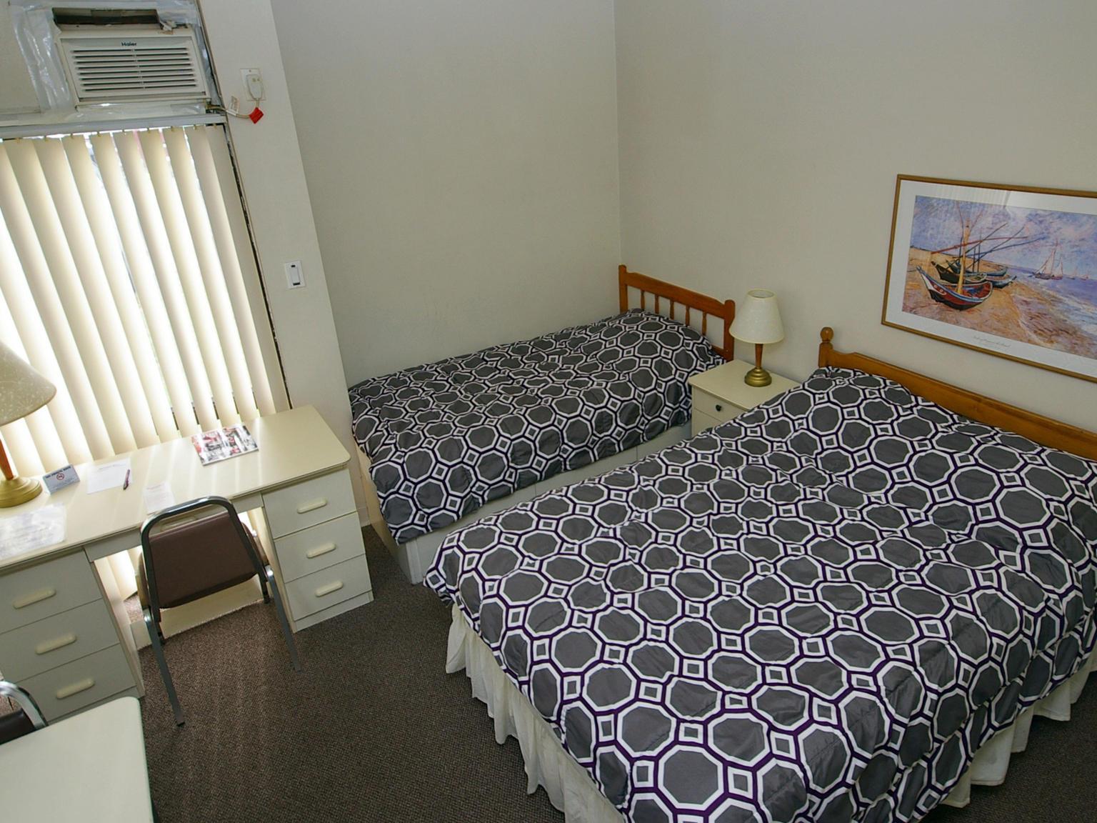 toronto_acc_alexandra-hotel_bedroom_01