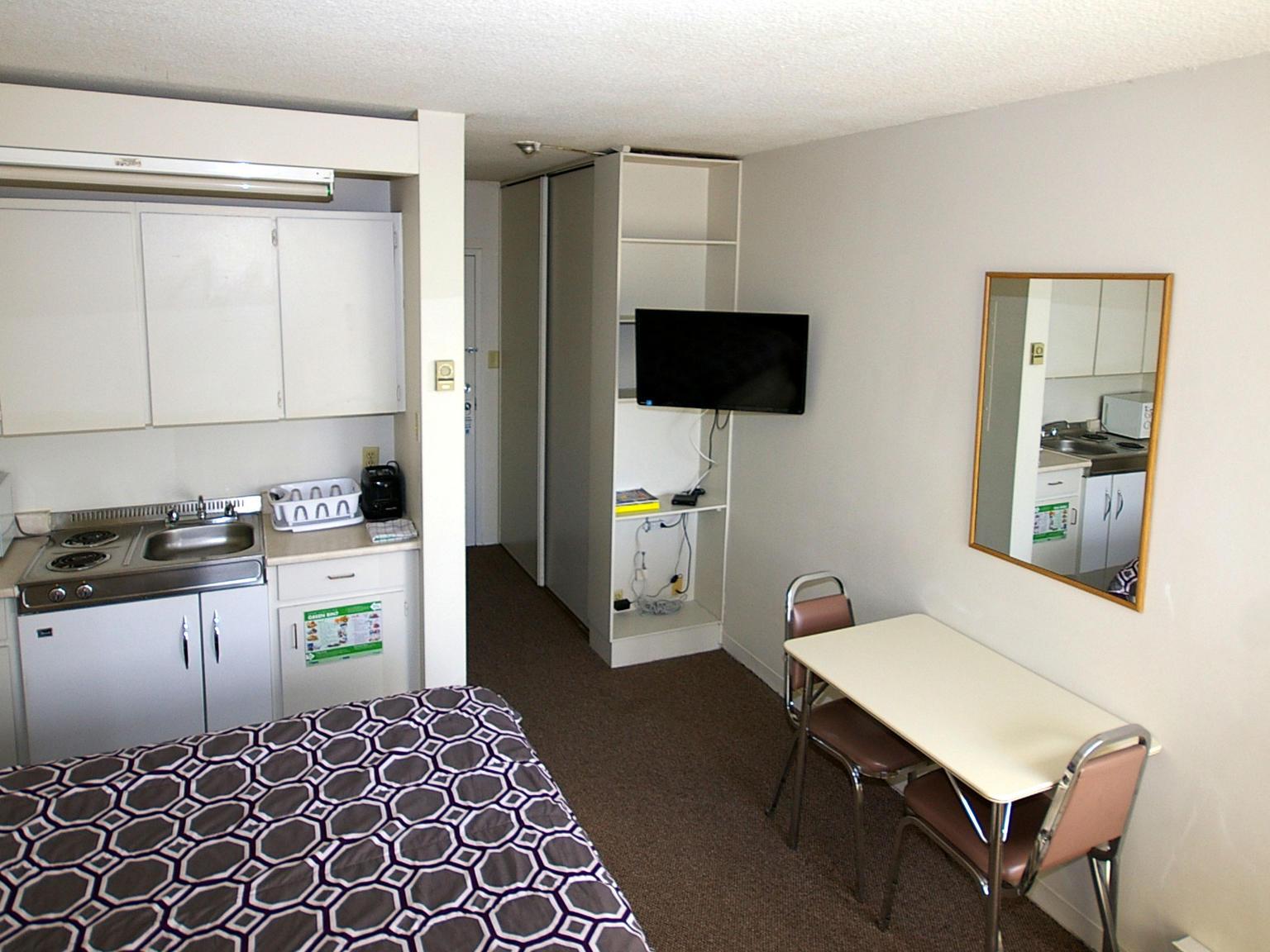 toronto_acc_alexandra-hotel_bedroom_03